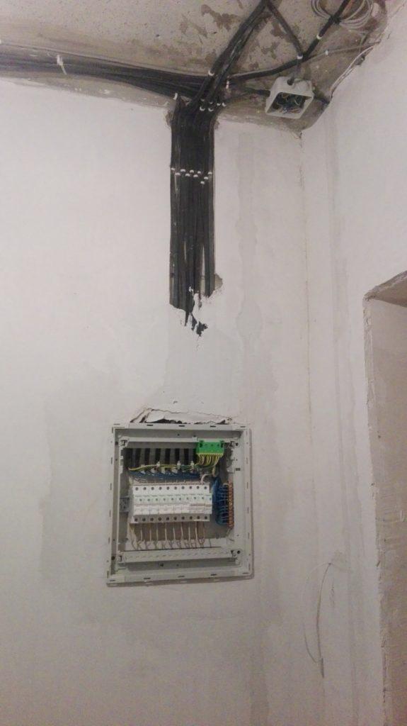 Экономия на ремонте - в начале сделали электрику